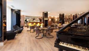 The lounge or bar area at TURIM Santa Maria Hotel