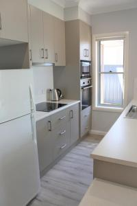 A kitchen or kitchenette at Willow Island - Waterfront
