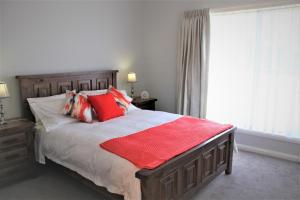A bed or beds in a room at Willow Island - Waterfront