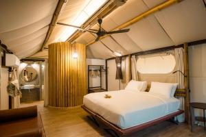 Posteľ alebo postele v izbe v ubytovaní Lala Mukha Tented Resort Khao Yai
