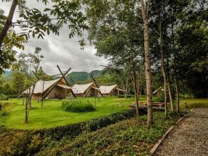 Vonkajšia záhrada v ubytovaní Lala Mukha Tented Resort Khao Yai