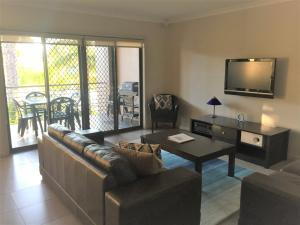 A seating area at Cypress Waterview Spa Apartment - 37B