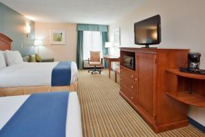 A bed or beds in a room at Holiday Inn Express Hotel & Suites Fredericksburg