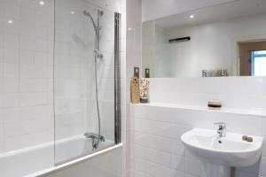 A bathroom at Modern 3 Bedroom Ground Floor Flat Near Finsbury Park