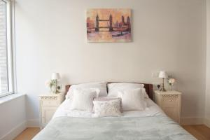 A bed or beds in a room at Modern 3 Bedroom Ground Floor Flat Near Finsbury Park