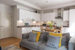 A seating area at Modern 3 Bedroom Ground Floor Flat Near Finsbury Park