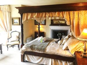 A bed or beds in a room at Glyn Isa Country House B&B