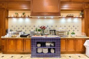 A kitchen or kitchenette at Park Hotel