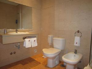 Uma casa de banho em Dom Hotel