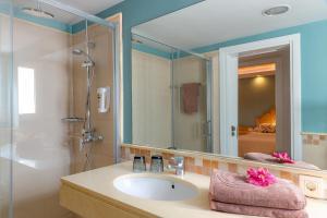 Een badkamer bij Bungalows Cordial Biarritz
