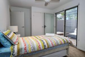 A bed or beds in a room at BEACH - BAY - BEE - PET FRIENDLY
