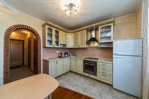 A kitchen or kitchenette at Dobrye Sutki na Yubileynoy 7