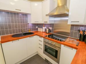 A kitchen or kitchenette at Dafarn Newydd