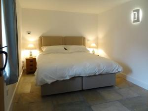 A bed or beds in a room at The Old Parlour, Sampford Courtenay