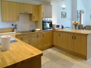 A kitchen or kitchenette at The Old Parlour, Sampford Courtenay