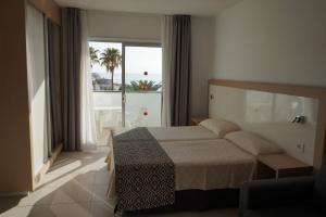 Een bed of bedden in een kamer bij Apartamentos El Sombrero