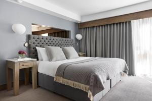 A bed or beds in a room at Kimpton - Blythswood Square Hotel