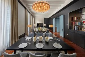 A restaurant or other place to eat at Mandarin Oriental, Milan