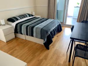 A bed or beds in a room at Gladstone Park Gardens