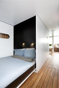 A bed or beds in a room at Spreeapartment MARA