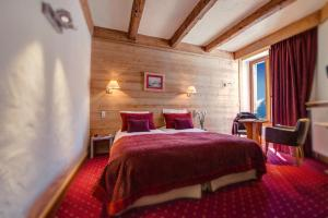 A bed or beds in a room at Park Hotel Suisse & Spa