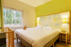 A bed or beds in a room at Center Parcs Le Bois aux Daims