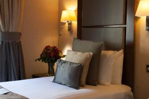 A bed or beds in a room at Strathmore Hotel