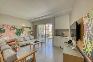 Een zitgedeelte bij Apartamentos Koala Garden THe Home Collection
