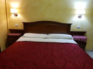 A bed or beds in a room at 3 Lati di Pitagora B&B