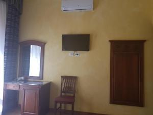 A television and/or entertainment center at 3 Lati di Pitagora B&B