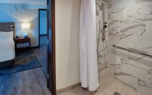 A bathroom at The Bethesdan Hotel, Tapestry Collection by Hilton