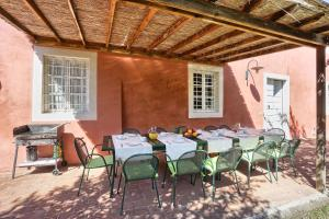 A restaurant or other place to eat at Villa Casa Rosa