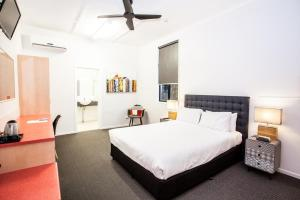 A bed or beds in a room at Darra Motel & Conference Centre