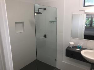 A bathroom at Darra Motel & Conference Centre