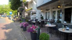 A restaurant or other place to eat at Hotel de Kroon