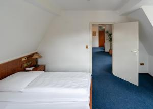 A bed or beds in a room at Hotel Nassauer Hof