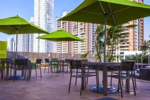 Um restaurante ou outro lugar para comer em Ramada Plaza by Wyndham Panama Punta Pacifica
