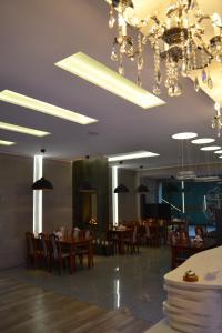 Ein Restaurant oder anderes Speiselokal in der Unterkunft Hotel Julian