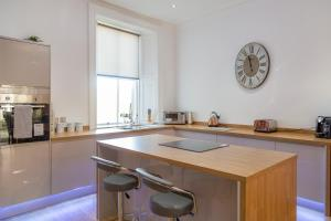 A kitchen or kitchenette at 35 High Street Apartment