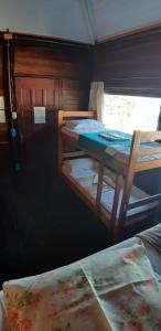 Uma ou mais camas em beliche em um quarto em Hostel Sereia do Mar