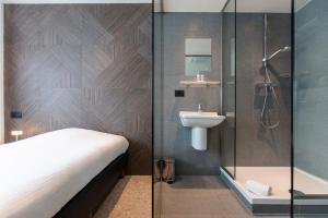 A bathroom at The Market by Parkhotel