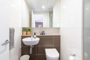 A bathroom at Sydney Harbour Water Views 3BR Modern Stylish Apt