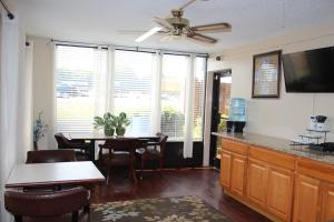 A seating area at Economy Inn - Statesville