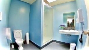 A bathroom at Rotorua Downtown Backpackers