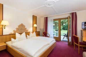 A bed or beds in a room at DEVA Hotel Alpenhof