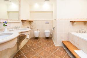 A bathroom at DEVA Hotel Alpenhof