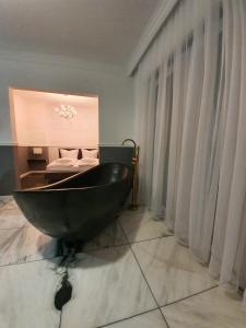A bathroom at Korda Apartments