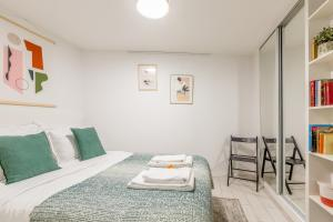 A bed or beds in a room at Edgar Suites Louvre - Bellan