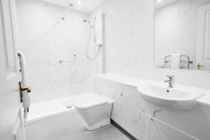 A bathroom at The Falcon Hotel