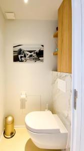 A bathroom at Blvd De La Croisette 82A, Cannes, La Réale